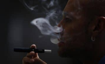 Un homme fumant une cigarette IQOS