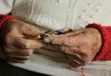 Une personne âgée qui tricote